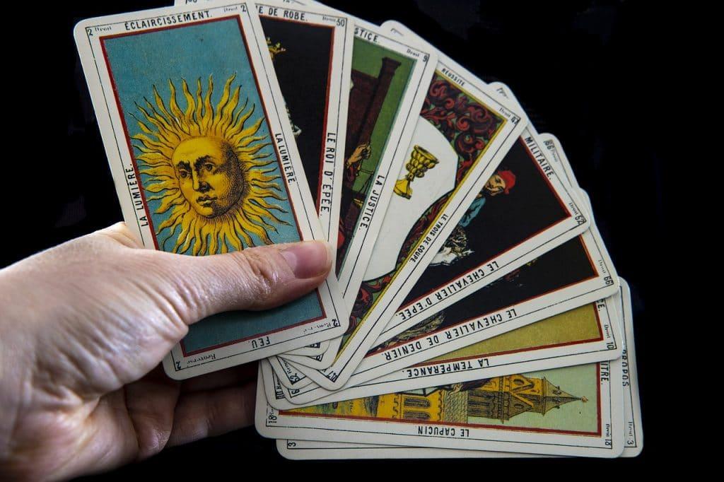 Tenir des cartes de tarot